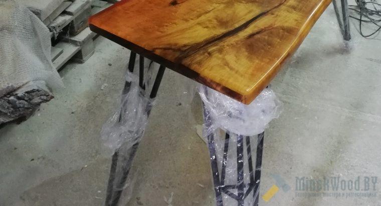 Стол из эпоксидной смолы с массивом клена